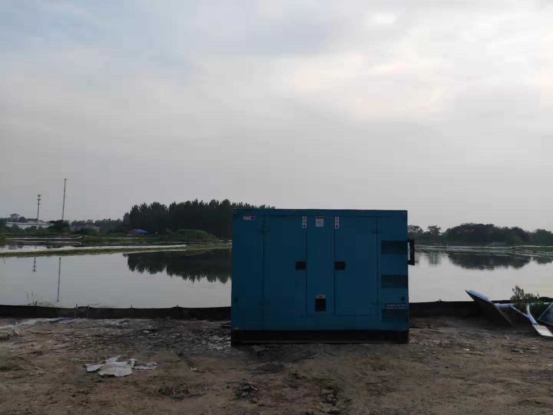 一台200千瓦的上柴柴油发电机组服务于400亩螃蟹养殖区